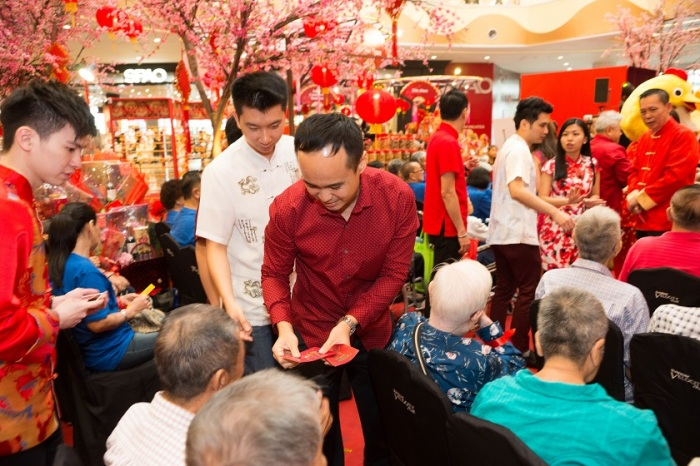 danny-lee-general-manager-of-sunway-velocity-mall-gives-ang-pows-to-old-folks
